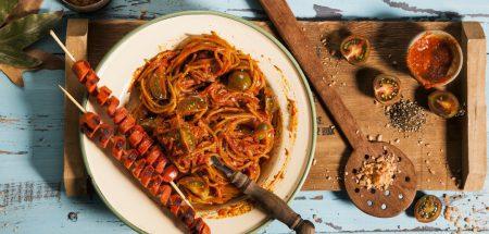 נקניקיות וספגטי בסיר אחד שף ישראל דודק, צילום: אסף אמברם, סטיילינג: נועה קנריק, פורסם במגזין החורף של 'טעימות'- מגזין המזון מבית 'משפחה'