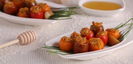 עגבניות שרי ממולאות בבשר עם צנוברים ברוטב שום מתוק ורוזמרין שף ישראל, צילום וסטיילינג: שושי סירקיס. פורסם בעיתון 'בתוך המשפחה' גיליון מספר 8005