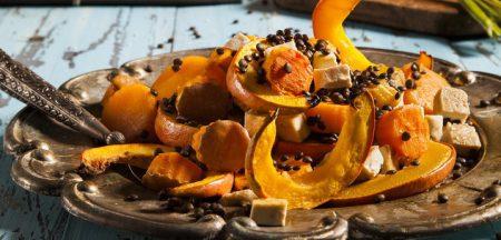 קדרת ירקות כתומים, עדשים שחורות וטופו בתנור שף ישראל, צילום: אסף אמברם, סטיילינג: נועה קנריק פורסם במגזין החורף של 'טעימות' מגזין המזון מבית 'משפחה'.