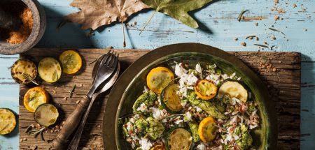 תבשיל חזה עוף ופרגיות באורז צבעוני שף ישראל דודק, צילום: אסף אמברם סטיילינג: נועה קנריק . פורסם במגזין חורף של 'טעימות' מגזין המזון מבית 'משפחה'