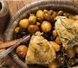תבשיל ירכיים במיקס זיתים ותפוח אדמה פריזיאן. שף ישראל דודק, צילום: אסף אמברם, סטיילינג: נועה קנריק, פורסם במגזין חורף של 'טעימות'- מגזין המזון מבית 'משפחה'