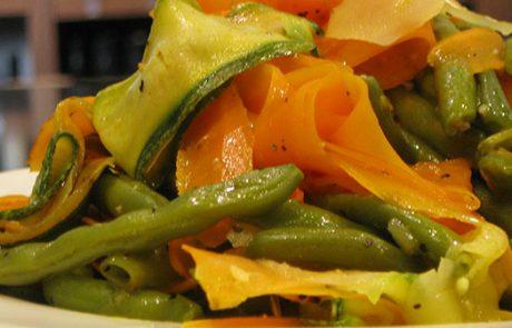 מתכון שעועית ירוקה עם סרטים של ירקות, תוספת בריאה ומהירה.